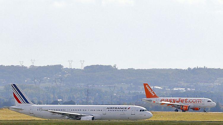 Un avion Air France au décollage et un avion EasyJet à l'atterrissage, le 5 octobre 2012, à Roissy (Val-d'Oise). (ALEXANDER KLEIN / AFP)