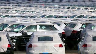 25 septembre 2015 , des voitures garées au parc logistique du géant automobile allemand Volkswagen à Villers-Cotterets. (FRANCOIS NASCIMBENI / AFP)