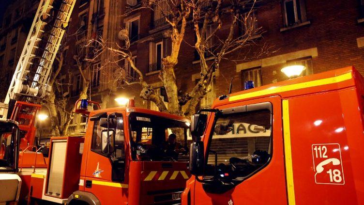 Un incendie a fait trois morts et une dizaine de blessés dans un immeuble d'Aubervilliers (Seine-Saint-Denis) dans la nuit du 30 au 31 mars 2013. (THOMAS COEX / AFP)