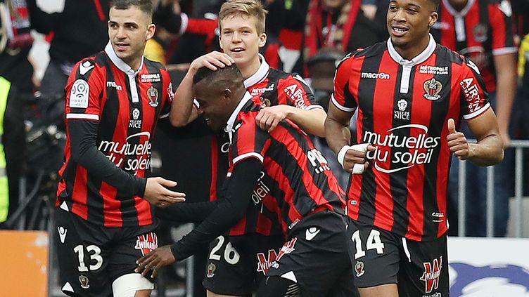 Jean Michael Seri félicité par ses coéquipiers de l'OGC Nice (VALERY HACHE / AFP)