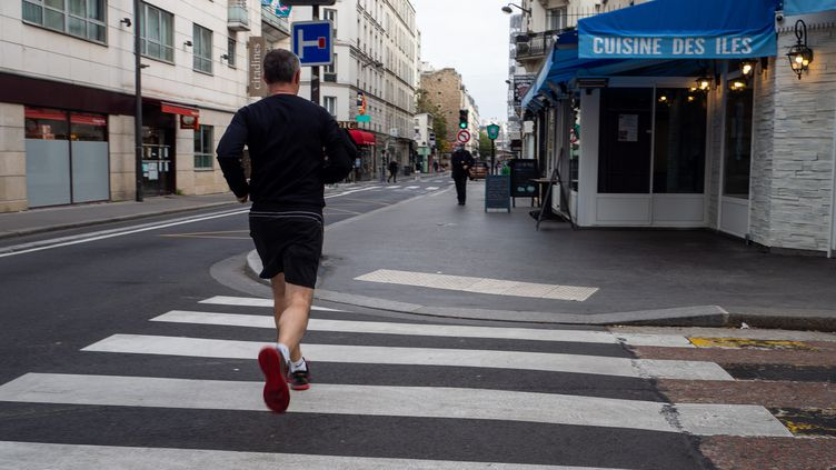 Un homme court dans les rues de Paris, le 8 novembre 2020. Photo d'illustration. (RICCARDO MILANI / HANS LUCAS)