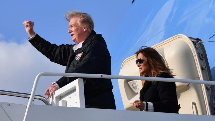Donald Trump et son épouse Melania Trump à l'aéroport de Palm Beach International, le 8 mars 2019. (NICHOLAS KAMM / AFP)