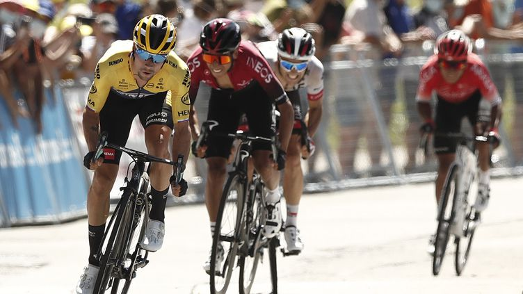 Primoz Roglic (Jumbo-Visma) devant Egan Bernal (INEOS), lors du Tour de l'Ain. (GUILLAUME HORCAJUELO / EPA)