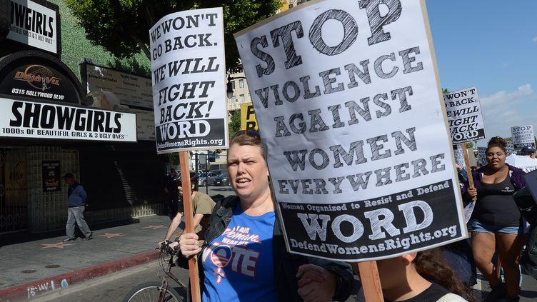 Lors d'une manifestation contre les violences faites aux femmes, le 9 mars 2013 à Hollywood, en Californie. (JOE KLAMAR / AFP)