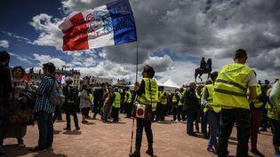 """Des """"gilets jaunes"""" manifestent place Bellecour, à Lyon, le 11 mai 2019. (JEAN-PHILIPPE KSIAZEK / AFP)"""