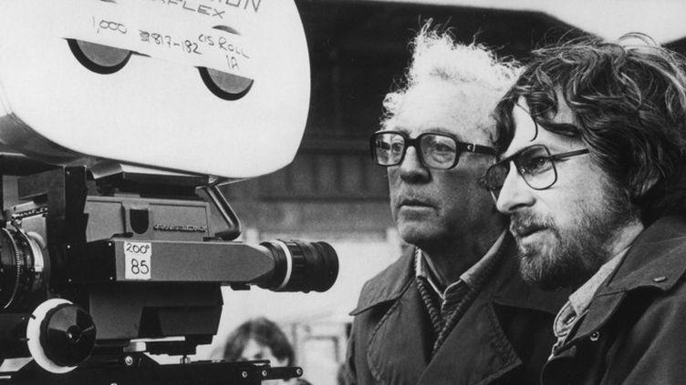 """Douglas Slocombe et Steven Spielberg en 1989 sur le tournage de """"Indiana Jones et la dernière croisade""""  (Kobal / The Picture Desk / AFP)"""