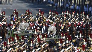 Emmanuel Macron passe en revue les troupes de l'Armée sur les Champs-Elysées, le 14 juillet 2017. (ALAIN JOCARD / AFP)