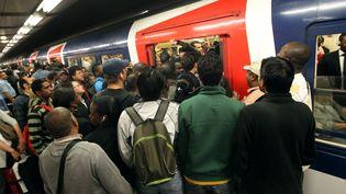 Durée, chaleur, position debout, agressivité… Les usagers des transports en commun souffrent. (THOMAS SAMSON / AFP)