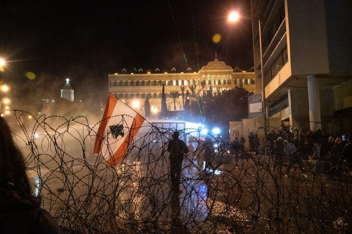 Des émeutes éclatent devant le Parlement du Liban, à Beyrouth, lors d'une manifestation contre la corruption, le 25 janvier 2020. (XEUHMA / HANS LUCAS)