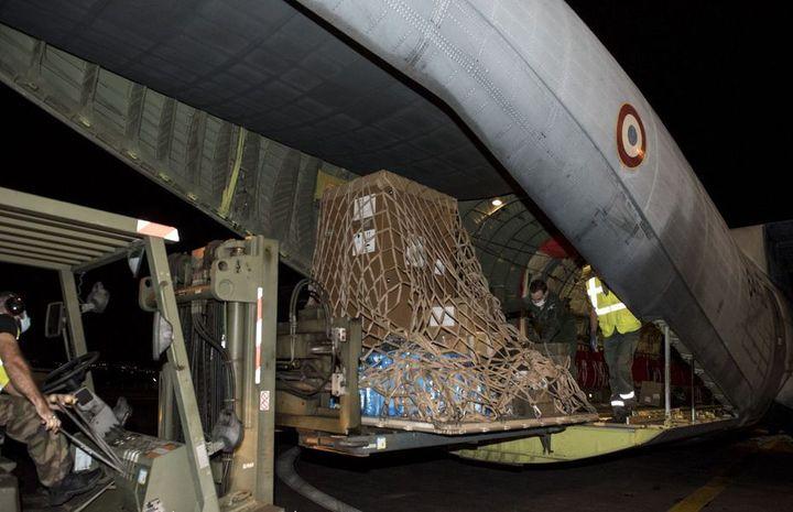 Le congélateur pour la conservation des vaccins contre le Covid-19, acheminé par un avion militaire, est arrivé le 21 décembre en Guadeloupe. (OLIVIER NICOLAS / FORCES ARMEES AUX ANTILLES / GUADELOUPE LA 1ERE)