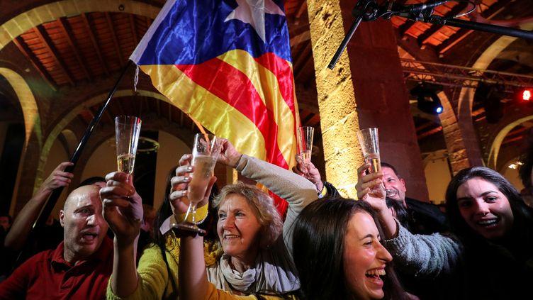 Les résultats des élections régionales en Catalogne ont suscité la joie des supporters des indépendantistes, à Barcelone (Espagne), le 21 décembre 2017. (ALBERT GEA / Reuters)