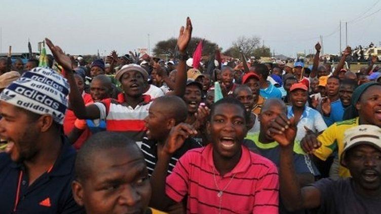 Les mineurs de Marikana fêtent leur augmentation salariale, le 18 septembre 2012. (ALEXANDER JOE / AFP)