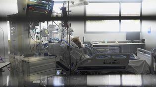 Une patiente au services des soins intensifs, à l'hôpital universitaire deStrasbourg, le 28 juillet 2021. (FREDERICK FLORIN / AFP)