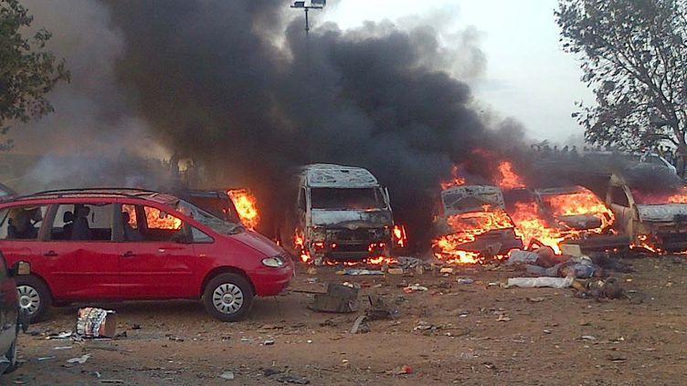 Des voitures brûlent après l'attentat qui a frappé les environs d'Abuja (Nigeria), le 14 avril 2014, quelques heures avant que des islamistes de Boko Haram enlèvent plus de 100 lycéennes. ( AFP )
