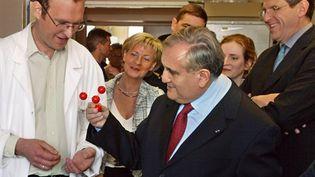 J-P. Raffarin écoutant les explications sur les nanoparticules, à l'Ecole polytechnique de Palaiseau, le 14 mai 2004 (AFP/Jack Guez)