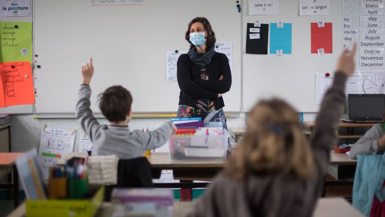 Une enseignante fait cours dans une salle de classe de l'île de Groix, le 12 mai 2020. (LOIC VENANCE / AFP)