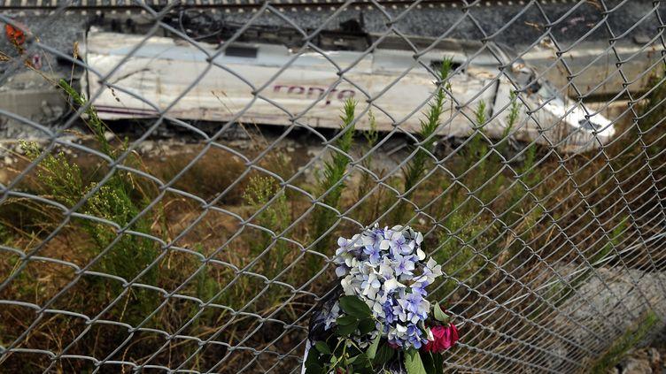 Des fleurs déposées sur le lieu de l'accident de train qui a coûté la vie à 78 personnes à Saint-Jacques-de-Compostelle (Espagne), le 27 juillet 2013. (RAFA RIVAS / AFP)
