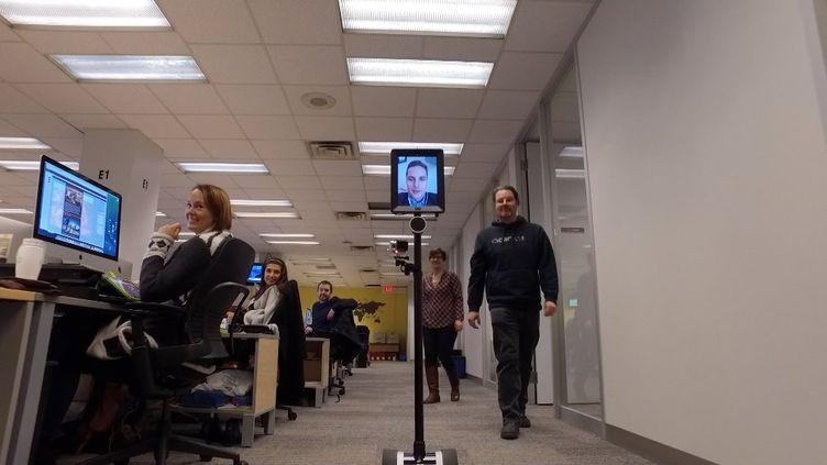 """Un """"robot journaliste"""" se promène dans une rédaction à Toronto (Canada), le 19 janvier 2016. (RICK MADONIK / TORONTO STAR)"""