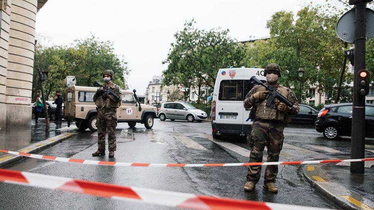"""Des militaires déployés sur le boulevard Richard Lenoir, à Paris, après une attaque survenue à proximité des anciens locaux de """"Charlie Hebdo"""", le 25 septembre 2020. (MARIE MAGNIN / HANS LUCAS / AFP)"""