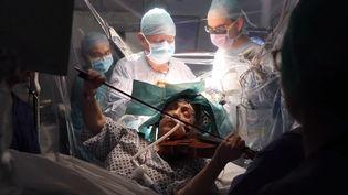 Dagmar Turner joue du violon pendant son opération du cerveau, janvier 2020 (Capture d'écran vidéo Kings College Hospital)