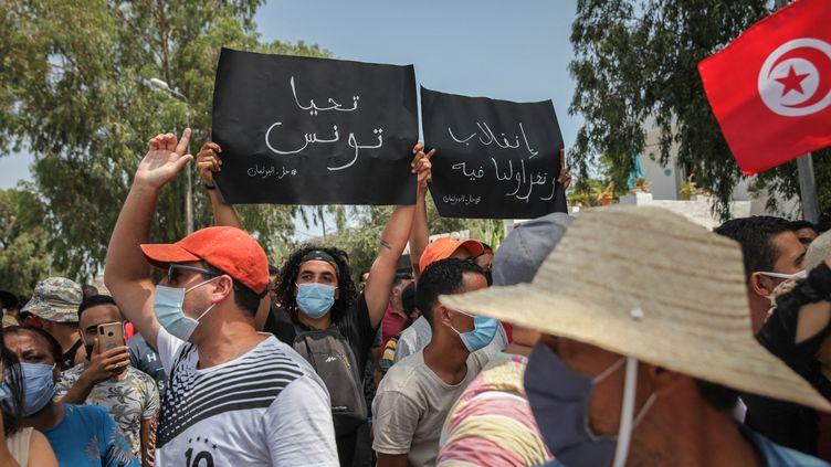 Des partisansduprésident tunisien,Kaïs Saïed, manifestent à Tunis, le 26 juillet 2021. (CHEDLY BEN IBRAHIM / NURPHOTO / AFP)
