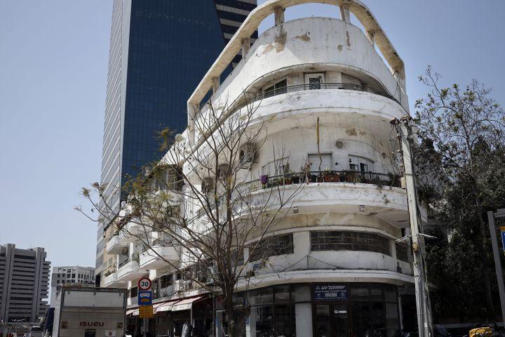 Un autre immeuble de style Bahaus, reconnaissable à ses lignes épurées. (THOMAS COEX / AFP)