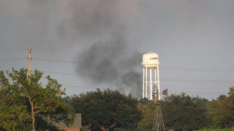 De la fumée, potentiellement dangereuse, s'échappe de l'usine Arkema à Crosby (Texas), vendredi 1er septembre. (JOE RAEDLE / GETTY IMAGES NORTH AMERICA / AFP)
