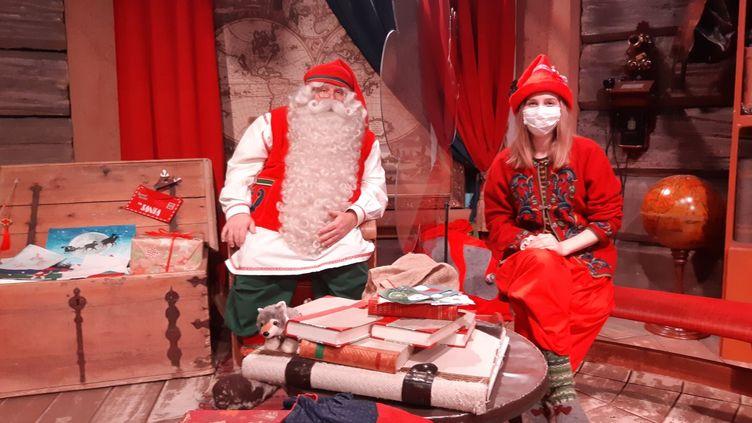 LePère Noëlet un elf, séparés par une vitre. (LOUISE BODET / RADIO FRANCE)