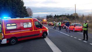 Les secours déployés après la collision entre le TER et un car, à Millas (Pyrénées-Orientales), le 14 décembre 2017. (MAXPPP)