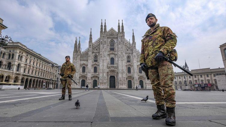 Des militaires déployés sur la place Duomo à Milan, le 20 mars 2020. (ANDREA FASANI / ANSA)