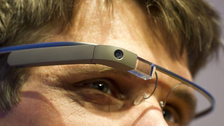 """Un visiteur du salon """"NEXT Berlin"""" essaie les lunettes google le 24 avril 2013 à Berlin (Allemagne). (OLE SPATA / DPA)"""