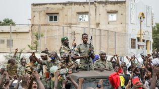 Des militaires maliens sont acclamés dans les rues de Bamako, le 18 août 2020, après le coup d'Etat militaire qui a renversé le présidentIbrahim Boubacar Keïta. (STRINGER / AFP)