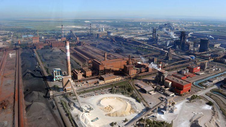 Une photo aérienne, prise le 18 août 2011, montre l'usine de production d'acier d'Arcelor Mittal à Fos-sur-Mer (Bouches-du-Rhône). (GERARD JULIEN / AFP)