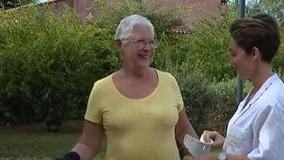 Deux mois après l'attentat de Nice, Carolina Mondino, 69 ans, remarche pour la première fois sans ses béquilles. (FRANCE 2)
