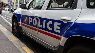 Une voiture de police dans le 15e arrondissement de Paris, le 5 août 2021 (photo d'illustration). (RICCARDO MILANI / HANS LUCAS / AFP)