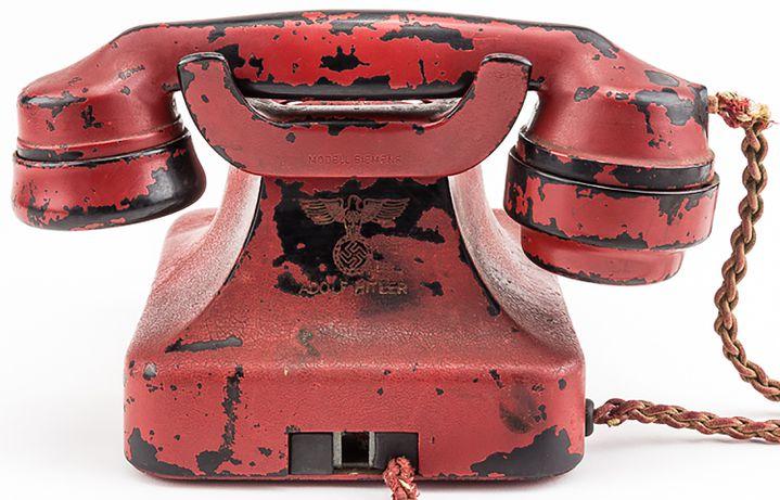Le dos du téléphone d'Adolf Hitler. (ALEXANDER HISTORICAL AUCTIONS / AFP)