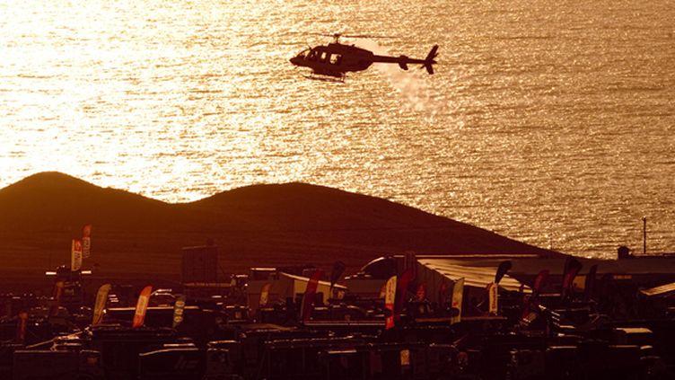 Le bivouac du Dakar à Antofagasta (Chili) au bord du Pacifique (MARTIN BERNETTI / AFP)