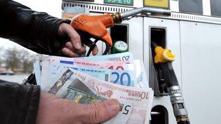 Une personne fait le plein, le 28 février 2012 à Lille (Nord), alors que les prix de l'essence tutoient des sommets. (PHILIPPE HUGUEN / AFP)
