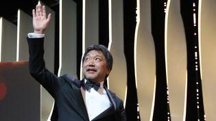 """Pour sa sixième venue à Cannes, le cinéaste japonais Hirokazu Kore-eda a été distingué par la Palme d'Or pour """"Une affaire de famille"""", l'histoire d'un couple de marginaux qui recueille des enfants abandonnés.  (Valery HACHE / AFP)"""