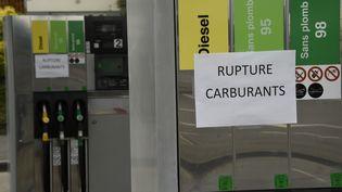 """Une affiche indique """"Rupture carburants"""" sur une station-essence de Tinteniac (Ile-et-Vilaine), vendredi 20 mai. (DAMIEN MEYER / AFP)"""