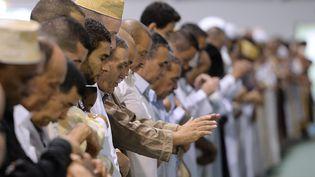 Des fidèles prient durant la fête de l'Aïd el-Fitr, qui marque la fin du ramadan, jeudi 8 août 2013, à Marseille (Bouches-du-Rhône). (BORIS HORVAT / AFP)