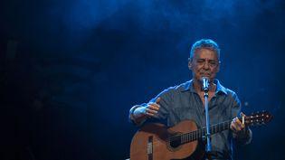 Chico Buarque sur scène à Rio de Janeiro le 28 juillet 2018, durant un concert de soutien à l'ancien président Lula. (MAURO PIMENTEL / AFP)