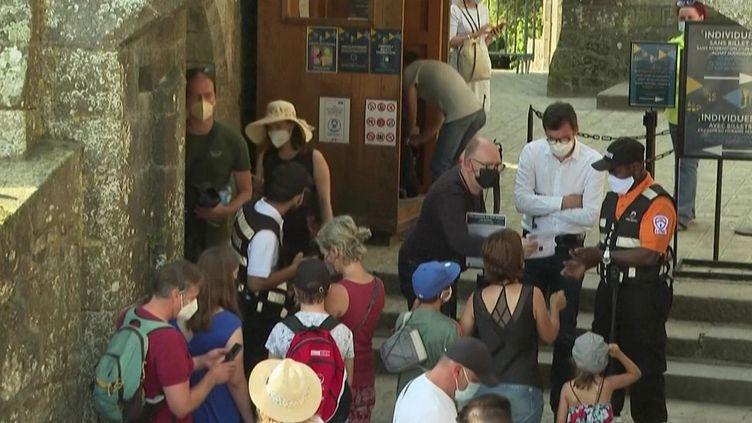 Le Mont-Saint-Michel (Manche), l'un des lieux les plus visités de France, retrouve petit à petit ses touristes venus du monde entier. Pour accéder à l'abbaye, ilsdoivent présenter un pass sanitaire, mais pour certains étrangers, cette mesure est parfois compliquée (CAPTURE ECRAN FRANCE 2)