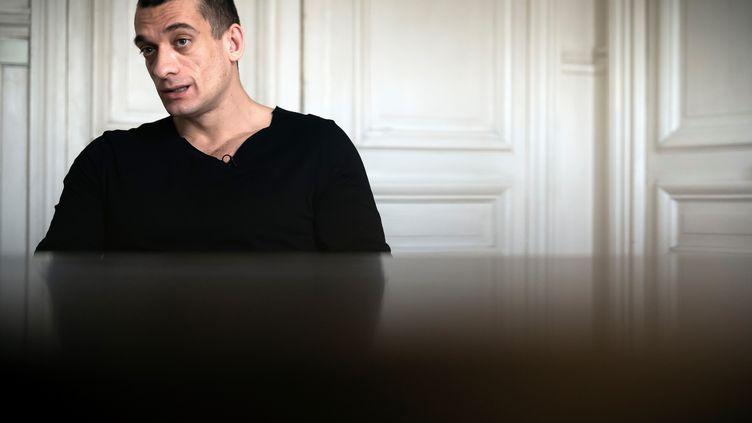 L'artiste russe Piotr Pavlenski, lors d'une interview avec l'AFP, le 14 février 2020. (LIONEL BONAVENTURE / AFP)