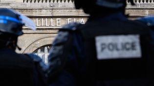 Des policiers devant la gare de Lille, le 14 juin 2016. (LEON NEAL / AFP)