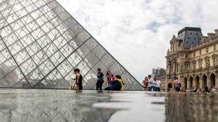 Le Louvre, la pyramide, des touristes au bord du bassin (22 mai 2017)  (Bruno Levesque / IP3 Press / MaxPPP)
