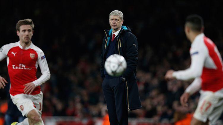 Arsène Wenger observe Nacho Monreal et Alexis Sanchez, lors d'Arsenal - Barcelone (ADRIAN DENNIS / AFP)
