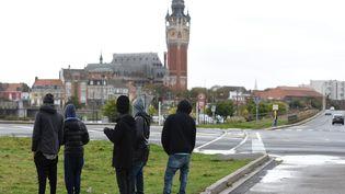 Des migrants dans les rues de Calais. Photo d'illustration. (JOE GIDDENS / MAXPPP)