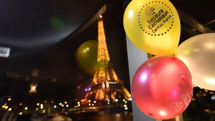 Le Noël du secours catholique sur la Seine (Paris), le 24 décembre 2015. (MIGUEL MEDINA / AFP)