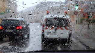 Des voitures sous les pluies d'orage, le 8 juin 2018, à Thionville (Moselle). (MAXPPP)